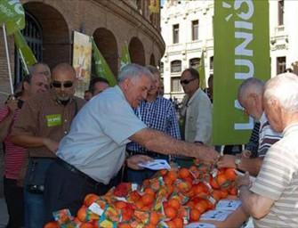 Reparten gratis 700 kilos de naranjas como protesta